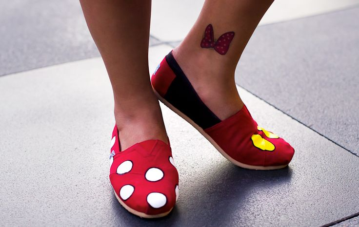 DIY Disney TOMS! I know a few gals who will totally love these. ^_^
