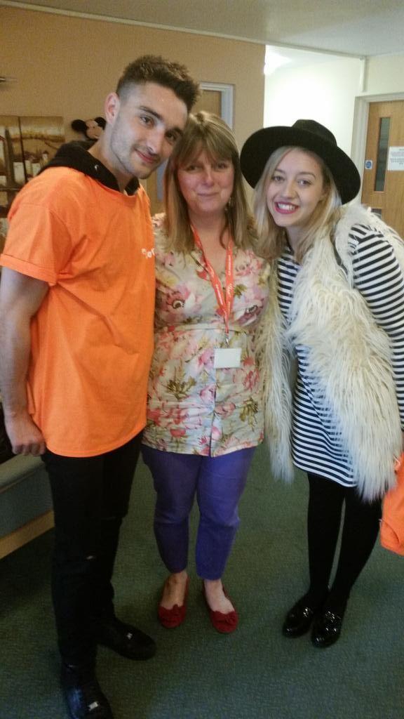 Tom e Kelsey na instituição de caridade @ellenorcharity em Londres, na Inglaterra. (via @Angela_ellenor)