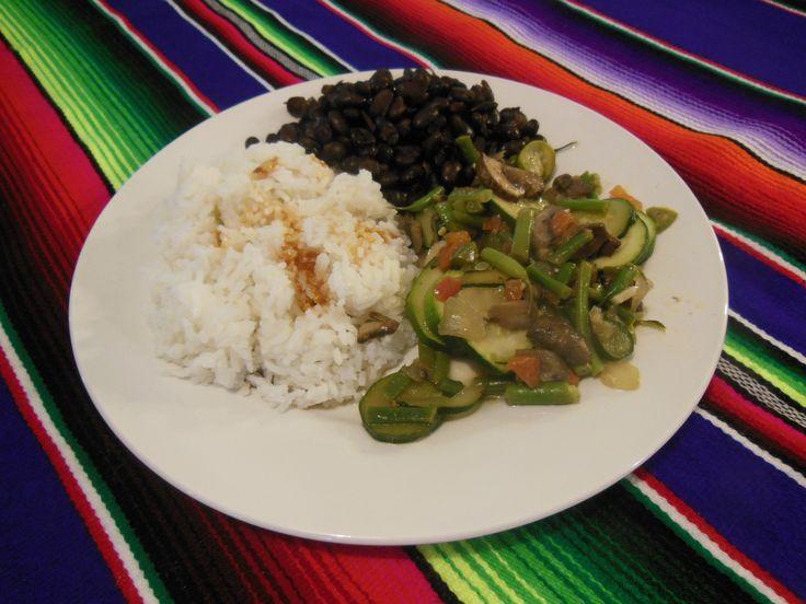 Calabacitas guisadas, frijoles negros y arroz blanco. Vegan dish