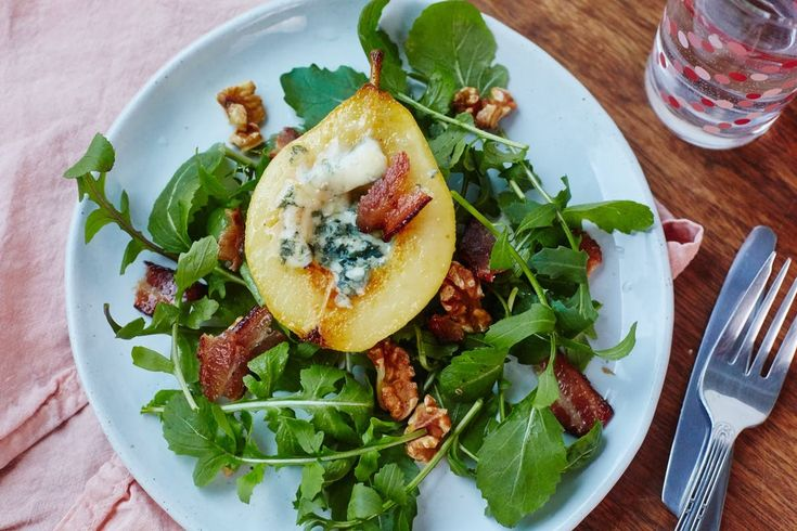 salada de pera assada com queijo blue cheese e nozes tostadas, um almoço de sonho para a primavera