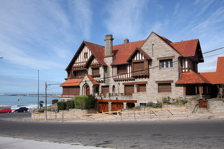 The MAR DEL PLATA STYLE chalets were at first the production of builders with a great experience in the building of the eclectic style mansions for summer, but without the skills of a real technician. The chalet marplatense is the translation of the main characteristics of the eclecticism to the domestic space: quartzite stoned facades, mission or French tiles, gable roofs, dormers, chimneys, prominent eaves and front porches.