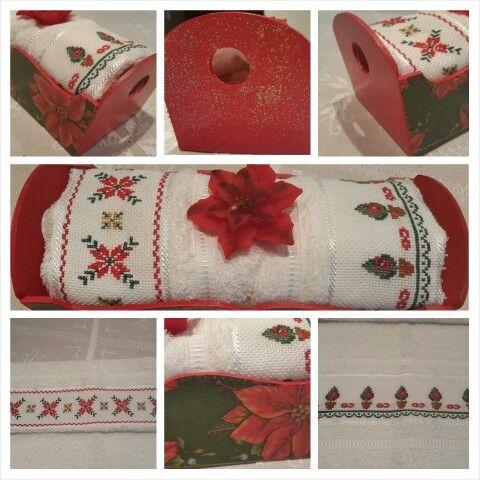 Budinera con decoupage con diseño navideño, dos toallas de mano bordadas en punto cruz con diseños navideños
