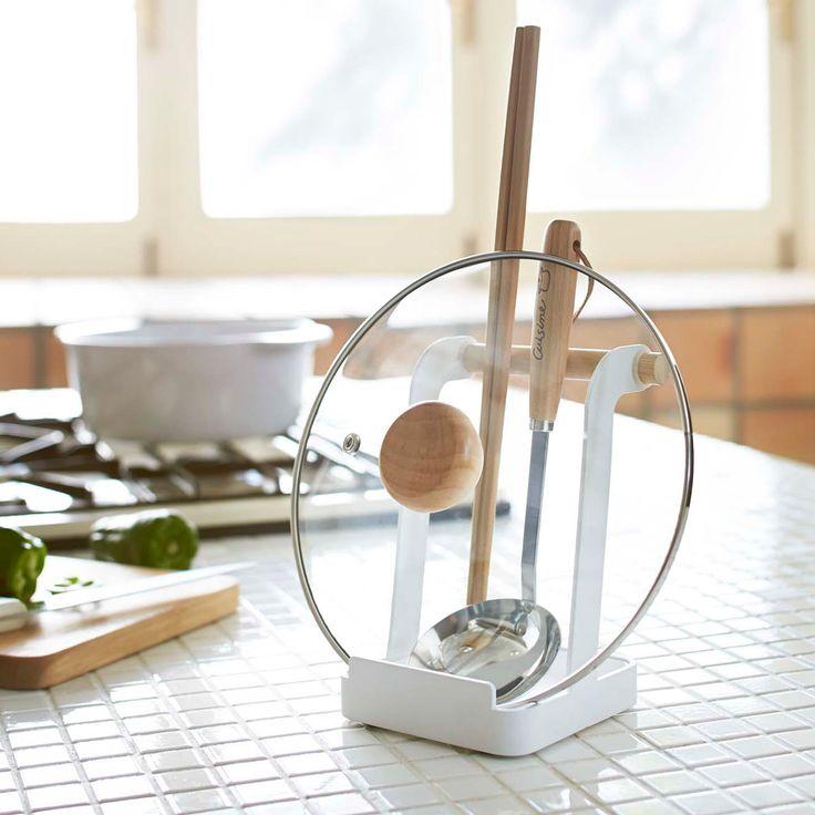 調理中に便利な「お玉&鍋ふたスタンド トスカ」のご紹介です。調理中に置き場所に困る、お玉や鍋の蓋を、スリムに縦置きで収納することができます◎タブレットやレシピ本なども立てて置ける設計になっておりますので、一家に一つあると嬉しいお役立ちアイテムです。Toscaシリーズならではの天然木を使ったデザインがキッチンのアクセントになります◎  ■SIZE:約W12×D11×H16cm  #home#tosca#お玉スタンド#鍋蓋収納#キッチン#レシピ本#キッチン収納#お玉スタンド#なべ蓋収納#レシピスタンド#ブックスタンド#北欧雑貨 #整理整頓 #整理収納 #暮らし #丁寧な暮らし #ホワイトインテリア#モノトーン#シンプルライフ #おうち #収納 #シンプル #モダン #便利 #おしゃれ #雑貨 #yamazaki #山崎実業