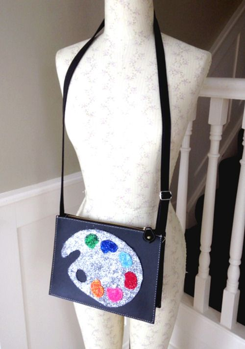 DIY Paint Palette Bag #diy #diybag #modpodge #glitter #paintpalette #art #restyle #customize #tacky #sassy #applique #glittermodpodge #glitterbag #glitterart #blog #diyblog #fashion #diy #diypaintpalettebag #fashion #hazeface #hazefaceland #handbag #clutch #clutchbag #shoulderbag #diyclutch #glitterclutch #modpodgediy #felt #surreal #feltbag