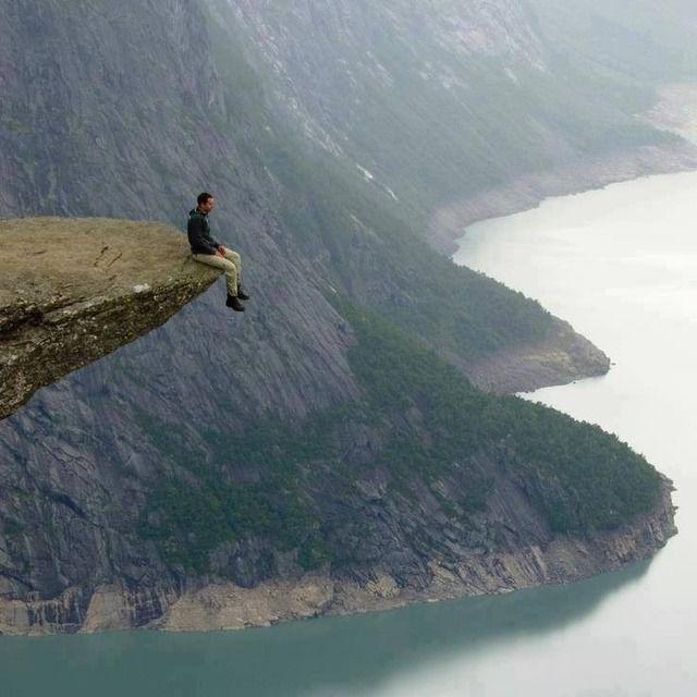 ノルウェー、Trolltunga(トロールの舌)の最先端