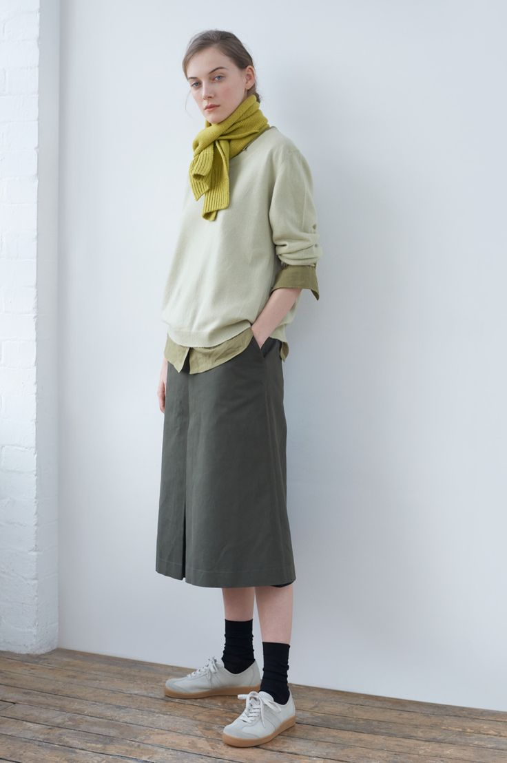 AUTUMN WINTER 2017 – SOAPSTONE CASHMERE BOXY CREW NECK JUMPER CITRUS BRITISH MERINO MHL. CHUNKY SCARF, KHAKI COTTON CASHMERE GAUZE PLAIN SHIRT, ARMY GREEN BRUSHED COTTON LINEN DIVIDED SKIRT, DARK OLIVE FINE MERINO SOCK, PUTTY GRAIN LEATHER MHL. ARMY TRAINER