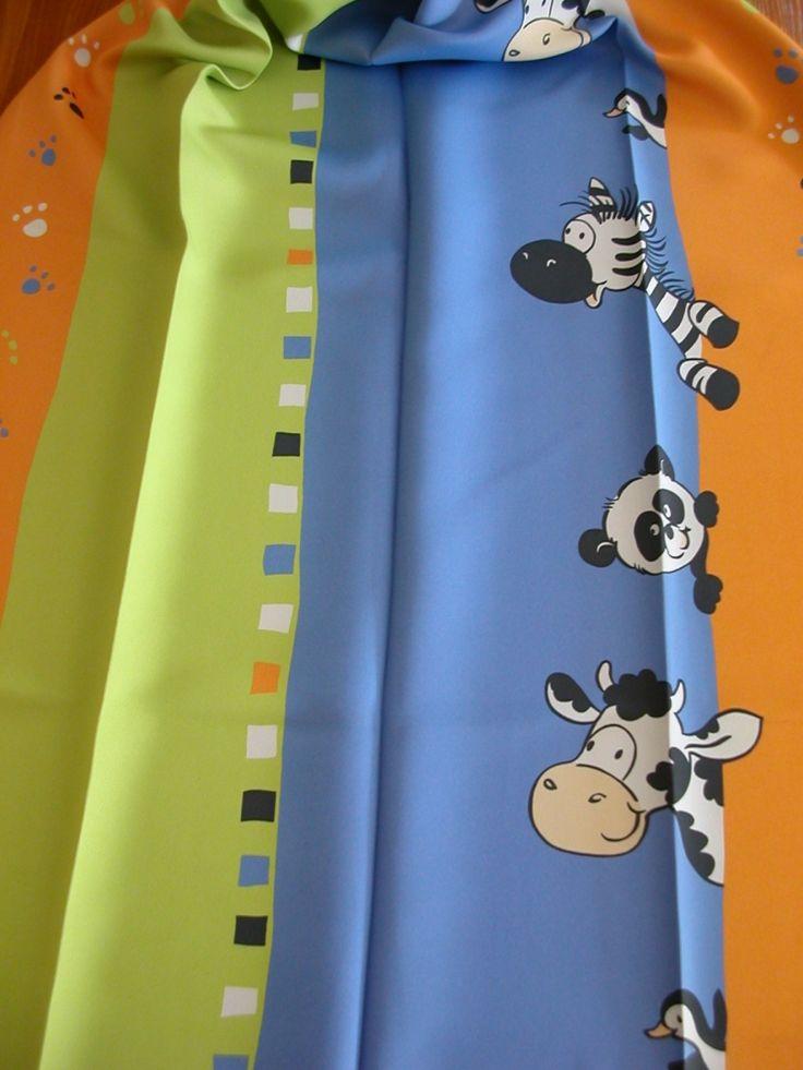 Kisállat figurás black out sötétítő függöny, egy oldalon mintás. Szín: almazöld–narancs–kék csíkos alapon fekete–fehér zebra, pingvin, boci és panda mintával.