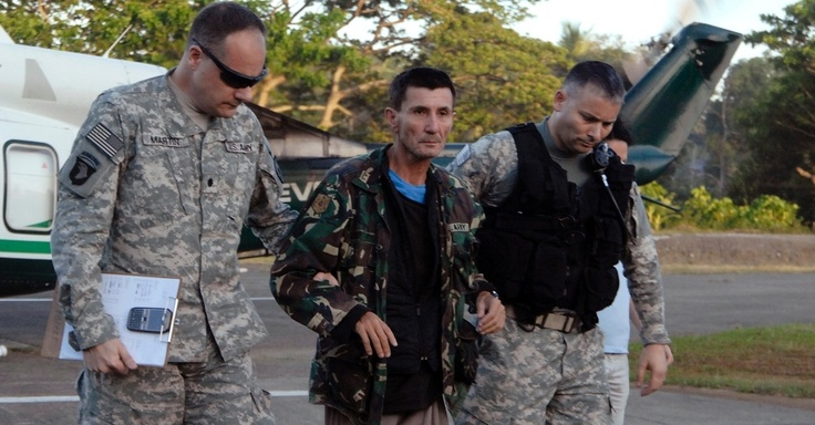 The Australian Warren Rodwell is escorted by U.S. military helicopter after arriving at a military airbase in Zamboanga, southern island of Mindanao (Philippines), from the city of Pagadian, where he was released on Saturday (23). Thin and haggard, Rodwell, 54, was released by Islamic terrorists connected to Al Qaeda fundamentalist after spending 15 months in power group- 23 de março de 2013 - Fotos - UOL Notícias
