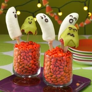 Halloween baby shower food Banana Ghosts and Berry Ghouls Recipe #halloween #food #dessert www.loveitsomuch.com