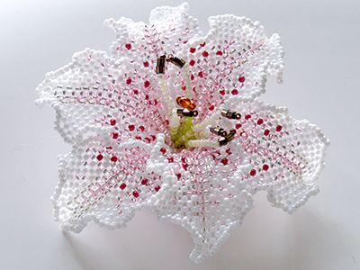 ホワイト、ピンクのビーズを使用した華やかなカサブランカのビーズコサージュです。