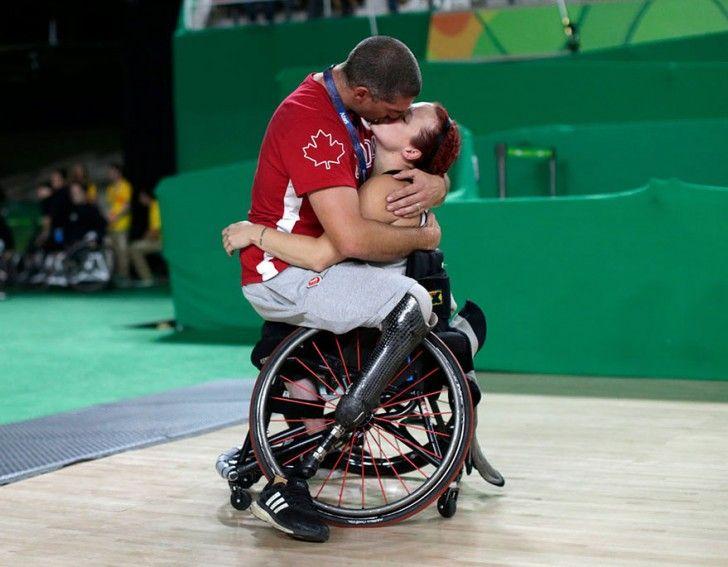 Il giocatore di basket Adam Lancia abbraccia e bacia sua moglie Jamey Jewells dopo che il Canada aveva disputato i playoff contro la Cina alle Paraolimpiadi di Rio, il 16 settembre 2016