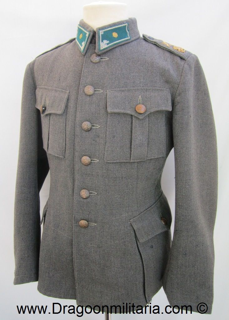 Early pattern jacket. Infantry 2nd lieutenant rank and collartabs. Infantry emblems at shoulders and officers lion´s. Shoulderboards without soutache as ordered to be removed during war.  Dark colored wool cabardine jacket.  Jacket is marked Int40=1940, AP=Armeijan Pukimo, size 56 A. The collartabs are longer model, specific for captain rank. Tabs show chosts of captain rank pips. It is not unusual see these longer tabs used by 2nd lieutenant.