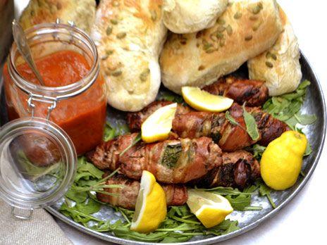 Ernst Kirschsteigers goda hamburgare gjorda på fläskfärs med pancetta och salvia. Servera med tomatsalsa i hembakat bröd.