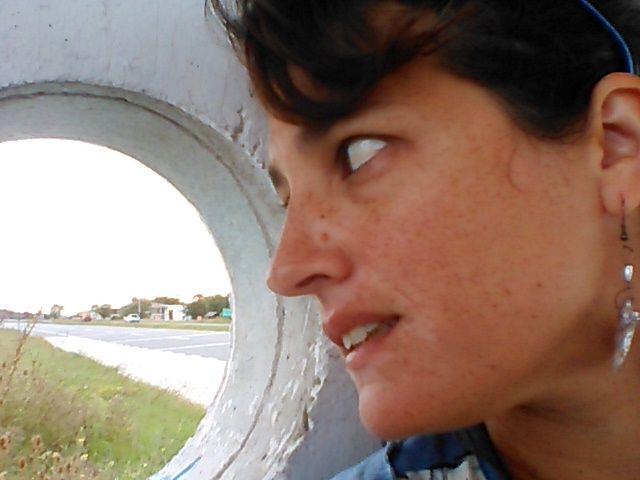selfie elegida: Parada donde tomo el micro. Mi cotianeidad. La combinación de colores y el juego entre líneas, punto y punto de fuga. Pueblo, ruta (a mi trabajo, al jardín de los chicos...adentro/afuera)