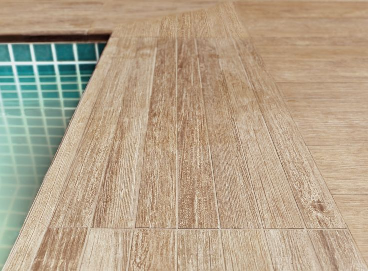 A reprodução fiel da madeira no porcelanato Super Deck Canela é algo que encanta e surpreende. Perfeito para a utilização em áreas externas e próximas de piscinas, graças a sua superfície antiderrapante, esta peça une beleza à inovação, proporcionando ambientes sempre contemporâneos e de tirar o fôlego.  #portobello_sa #portobellolovers #SuperDeckCanela #Ecowood #madeira #wood #piscina #pool #decor #homedecor #porcelanato #design #summer