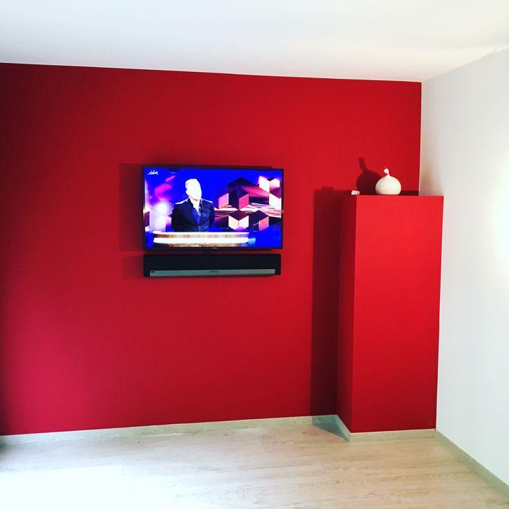 In Luik installeerden we een flatscreen toestel tegen deze opvallende rode wand. Om het geluid te verbeteren kozen we een Sonos Playbar systeem.