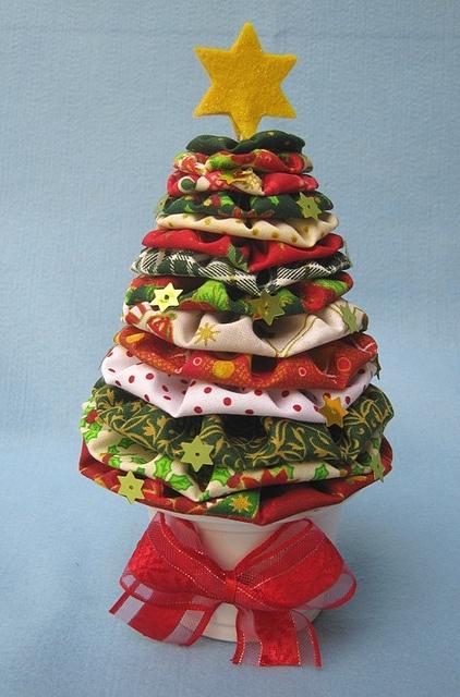 Árvore de Natal de fuxicos! by Arte & Mimos, via Flickr - para fazer num prato de bolo....