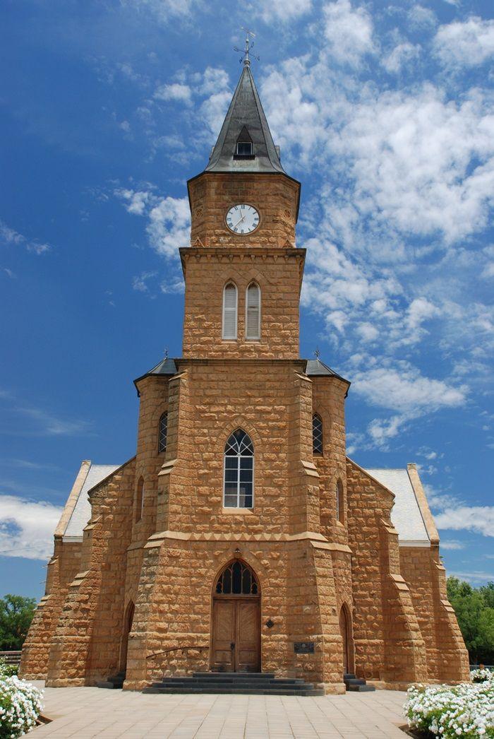 Die beeldskone sandsteenkerk is in 1881 in Hoopstad ingewy. Foto: Ian White (Flickr)