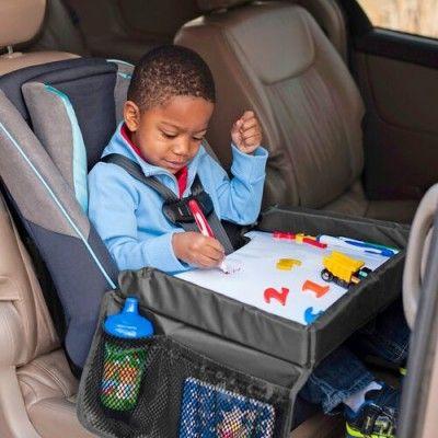 De Snack & Play Travel Tray is een geweldige uitvinding voor lange autoritten. Dit autospeeltafeltje heeft opstaande randen zodat speelgoed goed op het blad blijft liggen.