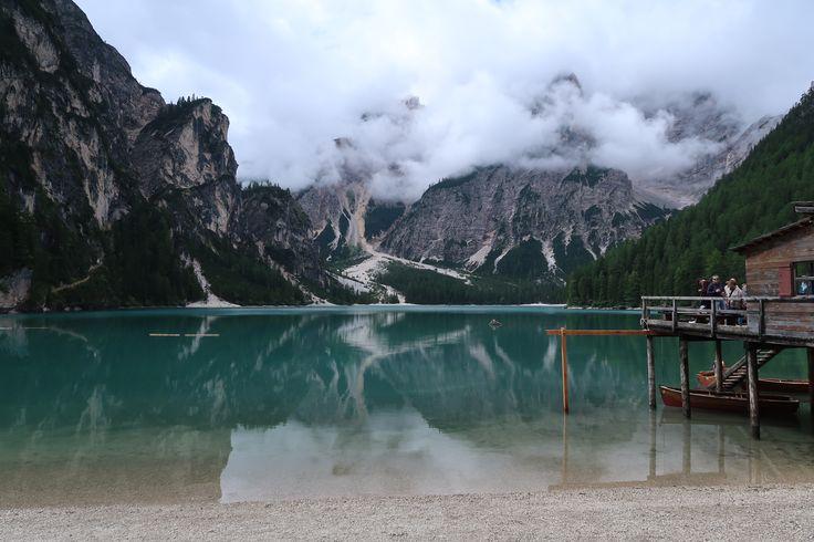 Dit is het meer Lago di Braies in Zuid-Tirol. En dat ligt dus in Italië, niet in Oostenrijk. Kijk en droom mee met één van de mooiste meren van Europa!