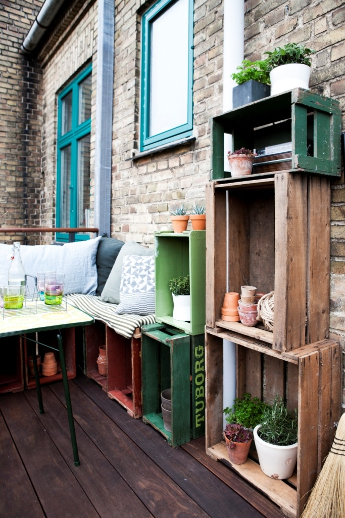 diy decoration terrasse terrasse avec des tag res en cagettes styling by mette helena and. Black Bedroom Furniture Sets. Home Design Ideas