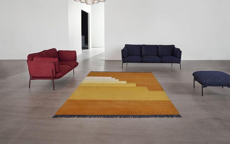 O tapete Another Rug é um tapete feito à mão e está disponível em quatro cores: Amarelo, Vermelho, Verde e Azul.
