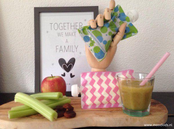 Smoothies voor kinderen. Zo krijgen ze op een makkelijke manier de dagelijkse vitaminen binnen. En met deze knijpzakjes ook leuk als 10-uurtje. #smoothie