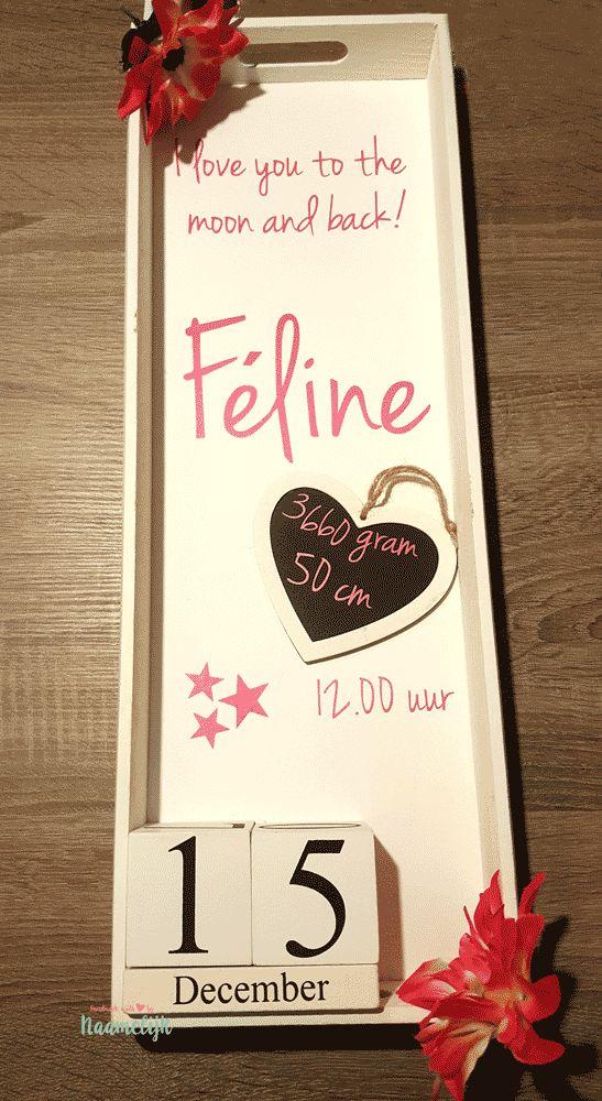 Lief geboortebord van Feline. Met vrolijke bloemen, datumblokjes en hartje met geboortegegevens. DIY.
