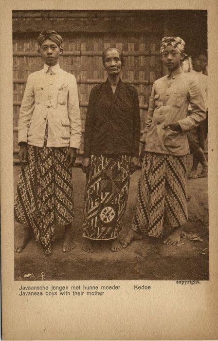 Javaanse jongens met moeder