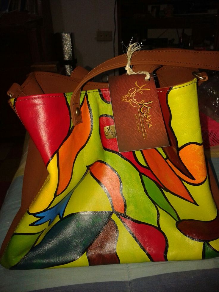 Bolso en cuero, pintado a mano. Krava marroquineria. 3045911978   3148589926