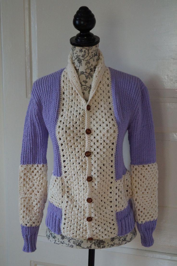 Svetr s háčkovaným límcem Kombinace pletení a háčkovaní dala vzniknout tomuto svetru v kombinaci levandulové a smetanové barvy. Svetřík doplňují dřevěné knoflíky. Materiál: levandulová - mikrovlákno, smetanová - bavlna. Velikost: 38/40