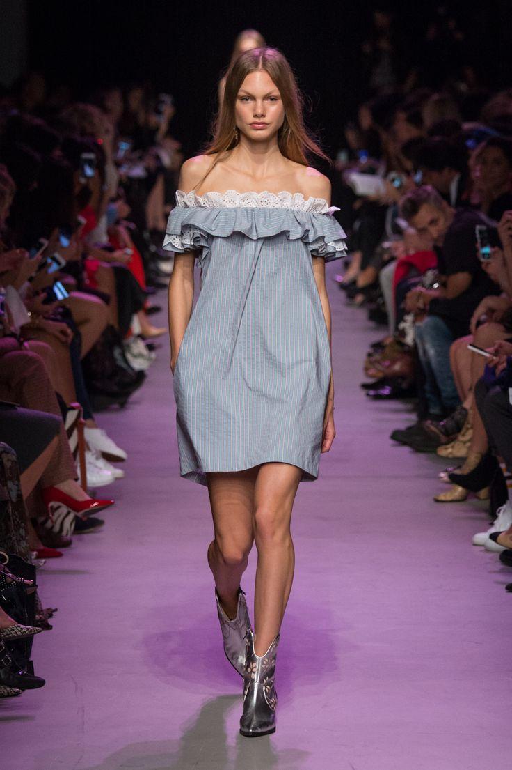 Prêtes à adopter la robe Bardot tout l'été ? Ici, le défilé Paul & Joe SS16