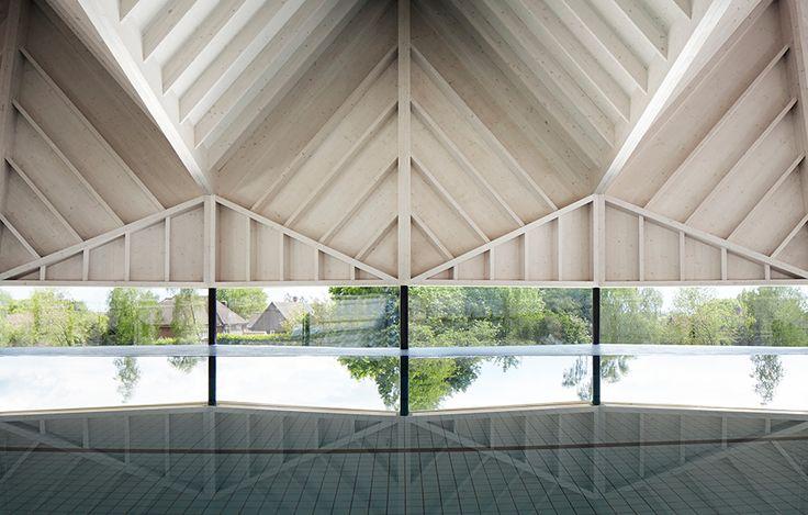 Vacker veckad takstruktur av Duggan Morris, foto Jack Hobhouse – http://www.tidningentra.se/notiser/geometriska-drommar-for-simmare #arkitektur i #trä
