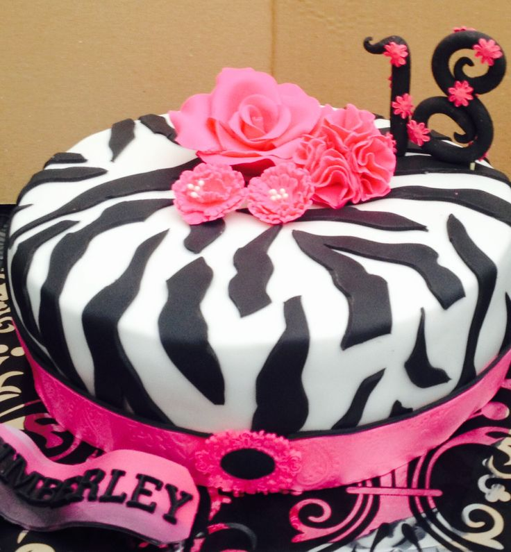 Zebrataart met roze accenten. Zebra print cake with pink flowers and ribbon.