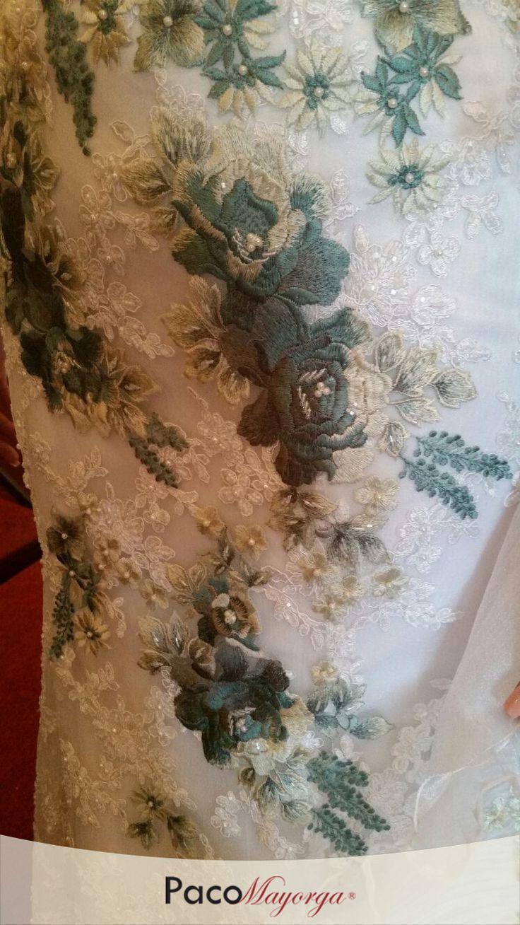 Detalle para vestido de novia con apliques de hilo de seda sobre chantilly en color ivory.