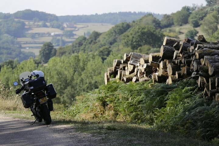 De Morvan: een feest voor motorrijders. En dat had ik niet verwacht. #photography #travelphotography #traveller #canon #canonnederland #canon_photos #fotocursus #fotoreis #travelblog #reizen #reisjournalist #travelwriter#fotoworkshop #fotocursus #willemlaros.nl #reisfotografie #moto73 #suzuki #v-strom #MySuzuki #motorbike #motorfiets #frankrijk #morvan #fb #tw