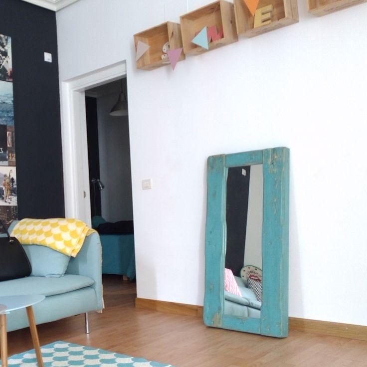 Espejo con marco de madera recuperada de pino. Dimensiones totales: 1,20x0,60x0,14m Este espejo tambien lo fabricamos por encargo y personalizado, para otros colores y/o dimensiones escribenos a info@blancodezinc.com