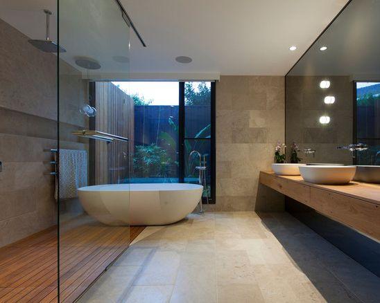 Inspiration pour une salle de bain principale design avec des portes de placard en bois brun, une baignoire indépendante, une douche ouverte, un carrelage de pierre et une vasque.