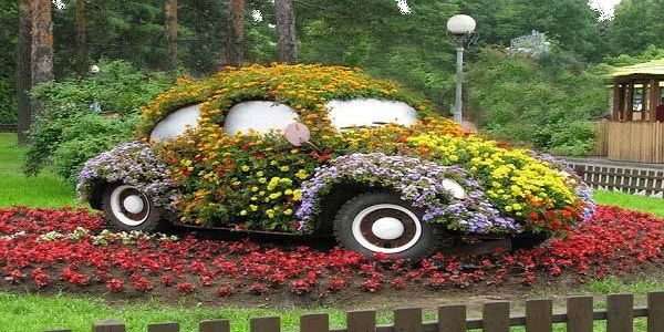 DIY Backyard Design for Summer Using Old Car Decorated with Flowers