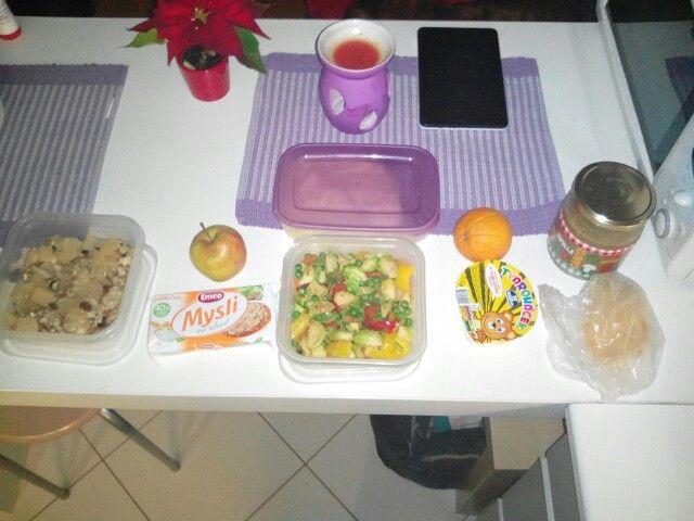 Na cely den :Ovesna kase s hruskou... Musli susenky, jablko.... Pecena zelenina ( kapusta,hrasek,paprika), br. kase... Tvarohacek, pomeranc... Brokolicova polevka, domaci chleb