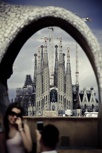 La Sagrada Familia  Nos encanta esta visión...  casi casi como desde las ventanas de nuestra escuela de idiomas en Barcelona.  ;)  www.abchumboldt.com