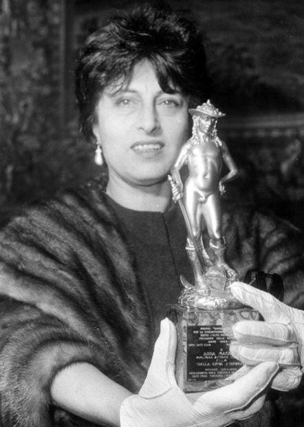 Anna Magnani with the David di Donatello award she received for Nella città l´inferno. December, 1959