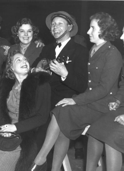 6th October 1939: George Formby entertaining members of the ATS at a northern seaside concert hall. He and his ukelele entertained over 2000 troops, who cheered for numerous encores. (Photo by J. Smith/Fox Photos/Getty Images)