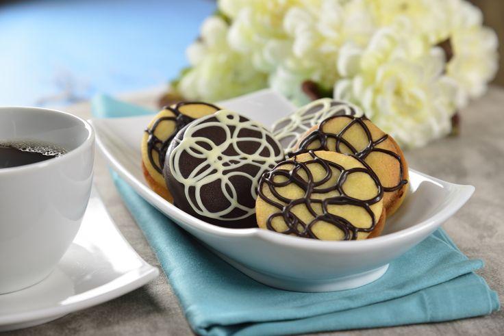Esta versión de galletas garabatos es deliciosa y fácil de preparar. Deliciosa galleta sándwich de mantequilla rellena de una cremosa ganache de chocolate amargo y rallada con más chocolate, irresistiblemente deliciosa.