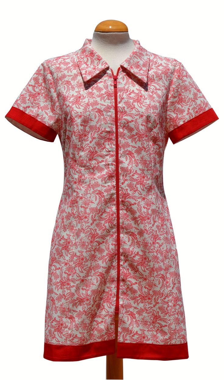 Modelo BEATRIZ. Es un vestido camisero con cremallera en lugar de botones, en un bonito color coral y estampado floral.  http://www.pitoyken.com/lang/13-beatriz.html