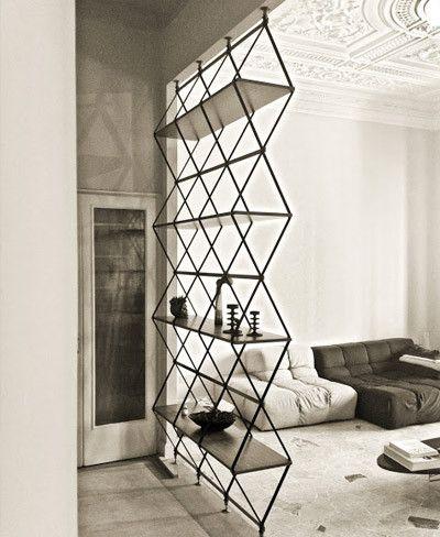 TRUCS & ASTUCES - Une bonne idée cette #étagère qui sert de cloison transparente entre deux espaces de la #maison !