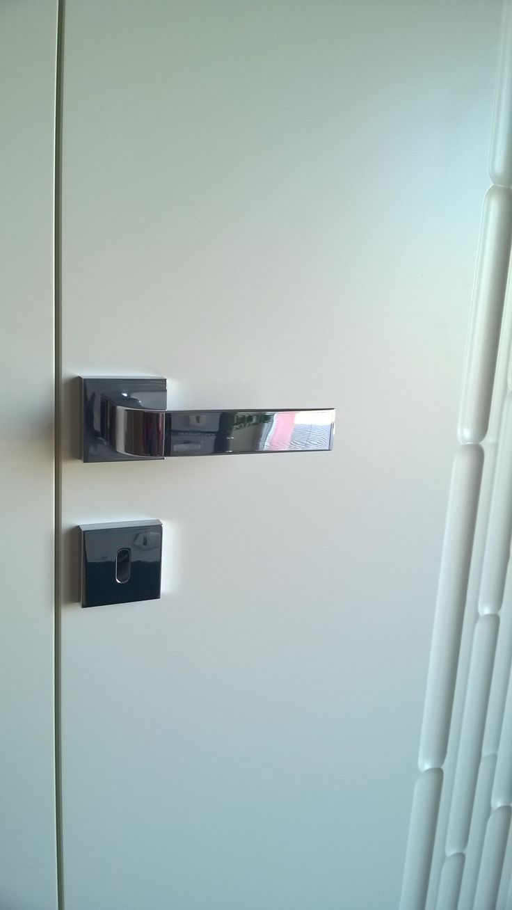 TUPAI chrome handle on APPICTA door