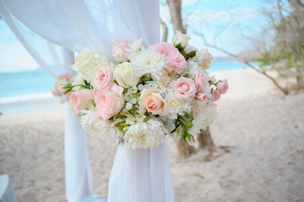 Beach ceremony set up #beachwedding #destinationwedding #weddingcostarica #realwedding #costarica #weddingvendorscostarica #weddingphotographercostarica #mariachicostarica #weddingflowers