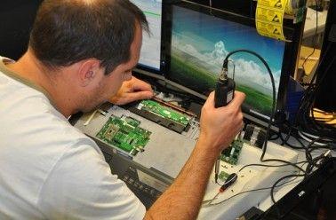 Emmabuntüs a pour objectif de récupérer de vieux ordinateurs, les réparer, les rendre fonctionnels et les revendre à petits prix. Cette association s'inscrit dans une logique de lutte contre l'obsolescence programmée, mais aussi d'accès au numérique pour le plus grand nombre. L'appro…