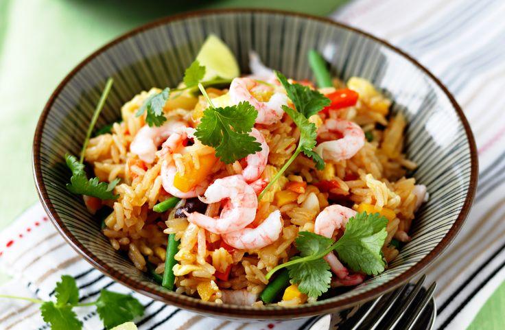 Recept på fried rice med ägg och räkor. Koka riset kvällen före och förvara i kylen. Vill man göra rätten vegetarisk kan man byta ut räkorna mot till exempel tofu.